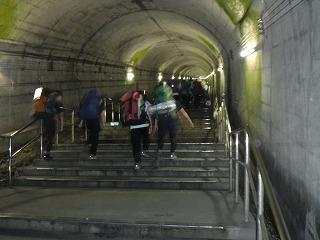 土合駅470段の階段を登る