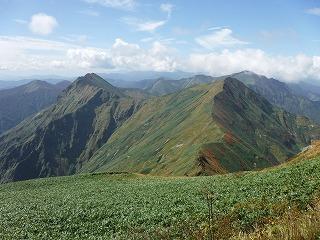 山頂より紅葉の色づき始めた山々を望む
